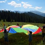 Lustige Familienwanderung mit Picknick in den Bergen