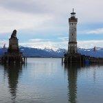 Foto de Lighthouse and Bavarian Lion Sculpture