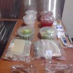 desayuno: sandwich, jugo, yogurt, cafe, te, croissant, fruta