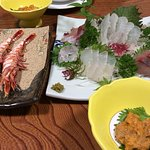 刺身盛合せ、ムラサキウニ、車海老の塩焼き
