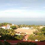 Vista desde el noveno piso a las instalaciones del hotel. Puede verse que la playa es muy pequeñ