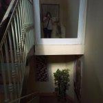 Bajando las escaleras de la habitación.