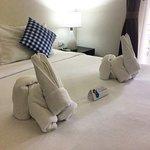 Номер 807, 2 этаж: большая кровать, 4 подушки + 2 для декора, зайце-полотенца, холодильник, ТВ и