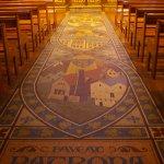 Sol en mosaïque vers l'autel