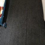 suelo de moqueta muy limpio.