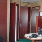 visuale di una parte della stanza armadio, porta del bagno, porta stanza