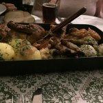 Platte für 3 Personen mit Ente, Würstchen, Braten, Knödel und Sauerkraut