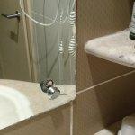 Отваливающийся держатель на зеркале в ванной