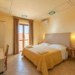 Camere confort con ingresso indipendente: accoglienti e confortevoli dispongono di terrazzino.