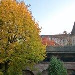 Die wunderschöne Zimmeraussicht zur Altstadtmauer hin ...