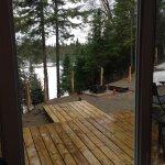 Vue sur le lac avec terrasse extérieure