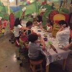 As crianças fazendo pizza.