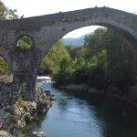 El rio Sella a su paso por El Puente Romano en Cangas de Onís