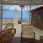 Blick aus dem Pavillon auf der Terrasse