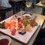 Sushi Platte mit Vorspeisen, sehr lecker und genügend :-)