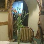 Restauracja. Wygodne i ładne krzesła w starym stylu.