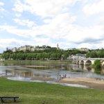 Chinon - Blick über die Vienne auf die mittelalterliche Stadt mit Château