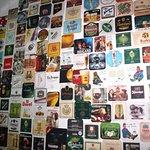 ścianka z piwnych etykiet