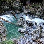 Hier wie an anderen Stellen strömt das Wasser schäumend talwärts.