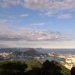 A esquerda o Corcovado, a Lagoa e ao fundo o oceano e as montanhas de Niterói