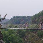 este puente pasa sobre los prismas basálticos