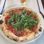 Pizza Rucula y ñoquis boloñesa