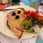 Tartines grillée et recouverte de jambon , fromage et olives