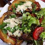 tartine grillée recouverte de tapenade , aubergine ,copeaux de parmesant