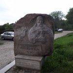 Pamiątkowy kamień przed wejściem na Grodzisko.