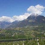 Blick von Schenna (nähe Hotel) auf Dorf Tirol und umliegende Berge (Texelgruppe)