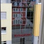 In der Spiegelung der Glasfassade des Ärztezentrums Ellwangen ist das Hotel Königin Olga zu erke