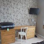 autre photo de notre chambre (coin bureau et télévision)