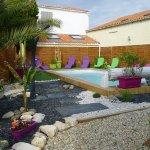 la piscine est chauffée et complétée par un jacuzzi en accés libre.
