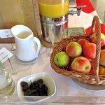 Bestandteile des reichhaltigen Frühstücksbüffers, beschriftet in deutschen und in englischer Spr