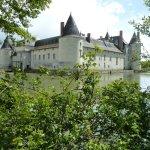 château et ses douves en eau