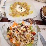 Ensalada de alubias y coles de bruselas con huevo