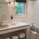 Belle salle de bain mais sans fixation douche et rideau