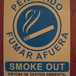 Una forma particularmente positiva de indicar que está en algún lado está permitido fumar.
