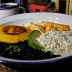 Brunch Venezolano: Arepa, Frijoles negros (Caraotas) Huevos Revuelto, Queso Blanco y Aguacate
