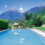 Panorama-Freibad mit großzügigen Liegewiesen inmitten unserer Obstanlagen