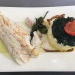 Excellent repas et les fruits de mer cuits et le merlu à la ligne un régal. La présentation des