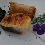 Bacalao gratinado con muselina de miel con espinacas, pasas y piñones. ¡Espectacular!