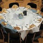 une table dressée pour un banquet