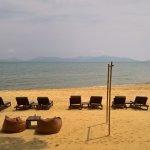 Strand mit Liegen und Sitzgelegenheiten