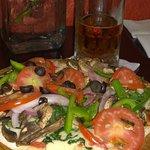 Pizza vegetariana y cerveza campechana de barril