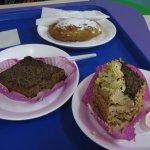 пирожные и пончик
