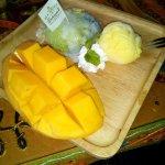 mango con arroz de coco y helado