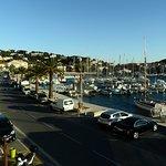 vue sur le port, parking voiture dans la rue