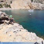 Вот опытные туристы начинают проходить последний отрезок перед пляжем.