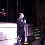 Canciones de tango que todos recordamos en latinoamérica, muy bien por el cantante!!